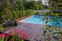 Une terrasse accompagne la piscine.